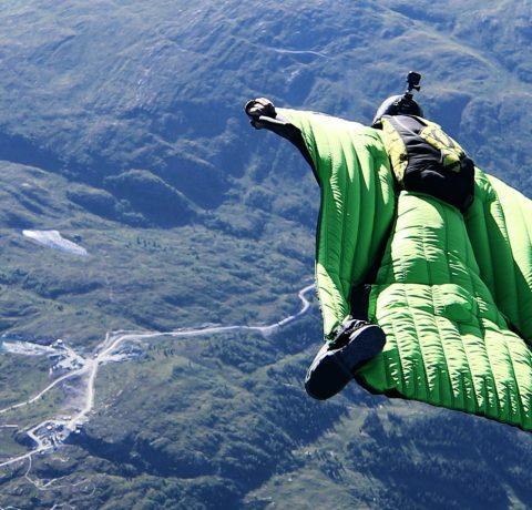 Mees lendamas moodsa kostüümiga kõrgustes