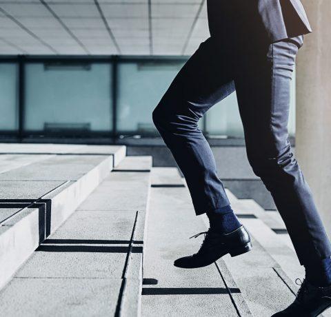 mees jooksmas trepist üles kohtumisele