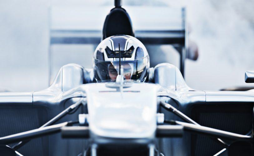 mees istub autos ja valmistub väljakutsete rohkeks sõiduks. ometi on ta enesekindel